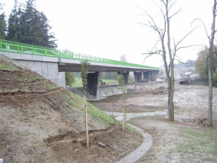 Společnost dokončila nový most u Květinova